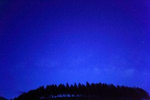 久住高原の夜明け前の星空