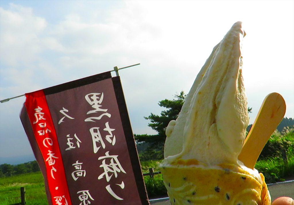 久住高原秋のオススメスイーツ、ピーナツバターたっぷりの久住高原菓房のピーナツ手ねりソフトクリーム。
